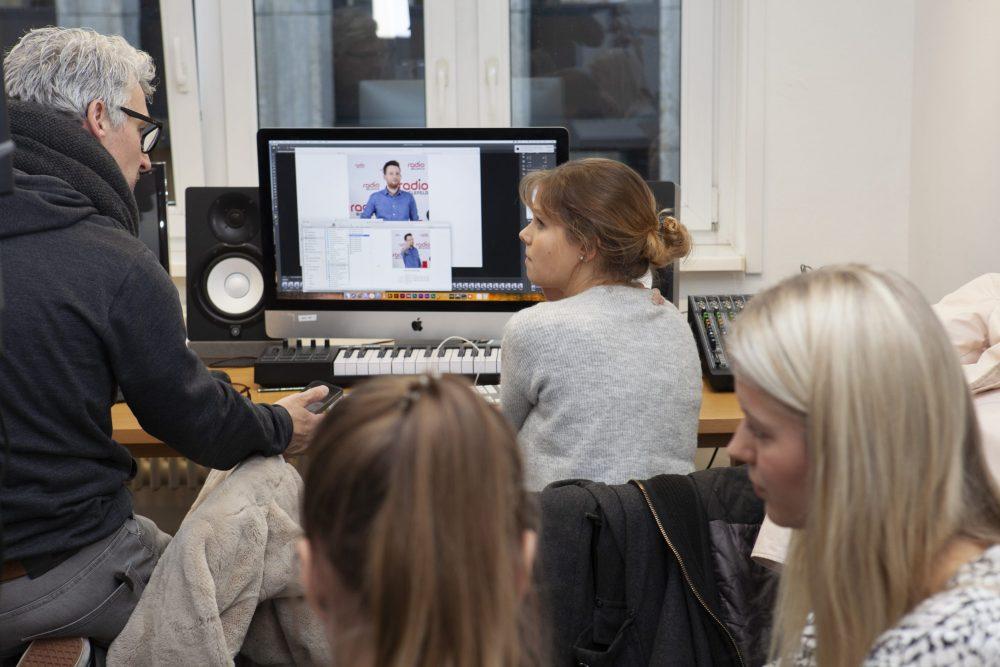 Holger Höner im TV-Studio der FHM